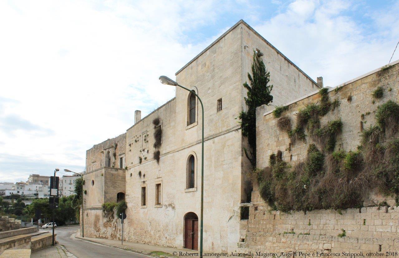 Ostuni.-La-chiesa-di-Santa-Maria-SS.-Addolorata-e-l'ex-convento-dei-PP.-Carmelitani.-Il-prospetto-laterale-in-via-F.-Vitale.